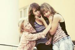 Meninas adolescentes felizes em uma rua da cidade Imagem de Stock