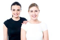 Meninas adolescentes felizes que sorriem em você Foto de Stock