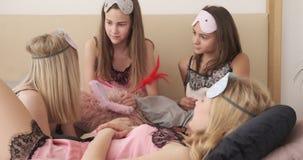 Meninas adolescentes na camiseta que faz para fazer a lista no livro vídeos de arquivo