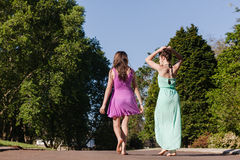 Meninas adolescentes que andam relaxamento afastado de fala Fotos de Stock