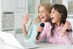 Meninas adolescentes que cantam o karaoke Fotos de Stock