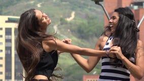 Meninas adolescentes que dançam e que riem filme