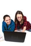 Meninas adolescentes que fazem trabalhos de casa Fotografia de Stock