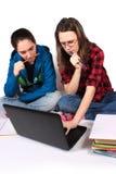 Meninas adolescentes que fazem trabalhos de casa Foto de Stock Royalty Free