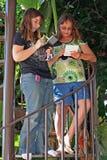 Meninas adolescentes que jogam o jogo eletrônico Imagem de Stock Royalty Free