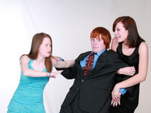 Meninas adolescentes que lutam sobre o menino Fotos de Stock