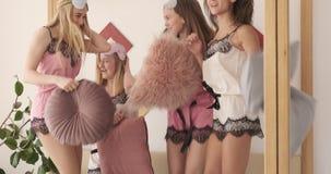 Meninas adolescentes que saltam e que dançam no vestido da noite durante o partido de pijama filme