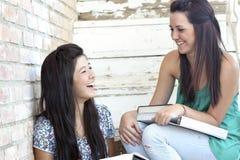 Meninas adolescentes que têm o divertimento Imagens de Stock Royalty Free