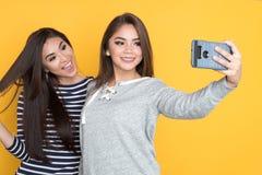 Meninas adolescentes que tomam o selfie Fotos de Stock