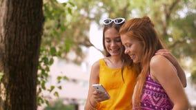Meninas adolescentes que tomam o selfie pelo smartphone no parque filme