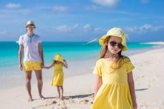 Meninas adoráveis e pai feliz na praia branca tropical Imagens de Stock Royalty Free