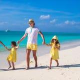 Meninas adoráveis e pai feliz na praia branca tropical Imagem de Stock Royalty Free