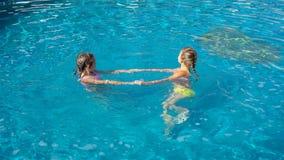 Meninas adoráveis na piscina exterior vídeos de arquivo