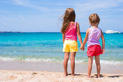 Meninas adoráveis na praia tropical durante férias de verão Fotografia de Stock