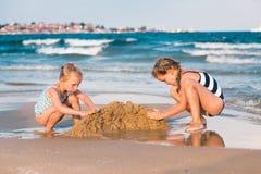 Meninas adoráveis que jogam no litoral Imagem de Stock Royalty Free