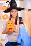 Meninas agradáveis que têm o partido de Dia das Bruxas Imagem de Stock