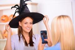 Meninas agradáveis que têm o partido de Dia das Bruxas Foto de Stock Royalty Free