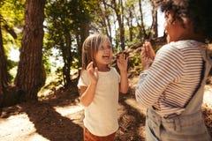 Meninas alegres que jogam jogos de aplauso foto de stock