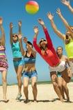 Meninas alegres que jogam o voleibol Fotos de Stock