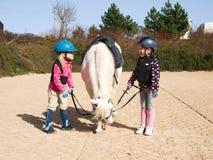 Meninas antes da equitação de cavalo Imagem de Stock