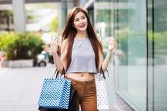 Meninas asiáticas bonitas com sacos de compras Imagens de Stock Royalty Free