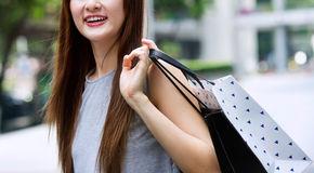 Meninas asiáticas bonitas com sacos de compras Fotos de Stock Royalty Free