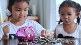 Meninas asiáticas com economias para o futuro vídeos de arquivo