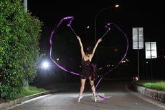 Meninas asiáticas que dançam o bailado na estrada na noite fotografia de stock