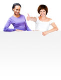 Meninas bonitas com placa branca Foto de Stock Royalty Free