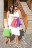Meninas bonitas com sacos de compra foto de stock