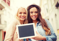 Meninas bonitas com a tela vazia do PC da tabuleta Fotografia de Stock Royalty Free