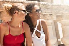 Meninas bonitas de sorriso em férias de verão fotos de stock royalty free