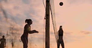 Meninas bonitas do biquini no voleibol do jogo da praia no movimento lento vídeos de arquivo