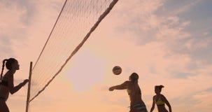 Meninas bonitas do biquini no voleibol do jogo da praia no movimento lento video estoque