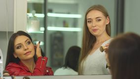 Meninas bonitas em um salão de beleza video estoque
