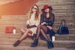 Meninas bonitas em uma caminhada Fotos de Stock