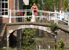 Meninas bonitas na ponte Fotografia de Stock Royalty Free