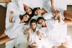 Meninas bonitas na sala de hotel antes do casamento Foto de Stock