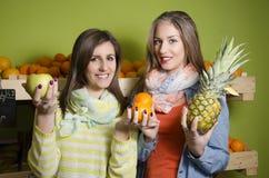 Meninas bonitas naturais que sorriem ao guardar o fruto Fotos de Stock