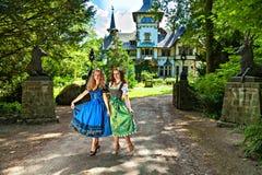 Meninas bonitas no Dirndl fotos de stock royalty free