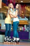 Meninas bonitas no rollerdrome Imagem de Stock