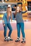 Meninas bonitas no rollerdrome Fotos de Stock