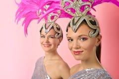 Meninas bonitas no traje do carnaval com penas cor-de-rosa Imagens de Stock Royalty Free