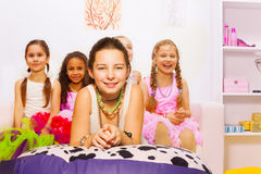 Meninas bonitas que colocam e que sentam-se no quarto Fotografia de Stock