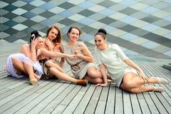 Meninas bonitas que comemoram a mola na cidade de Vilnius Imagem de Stock