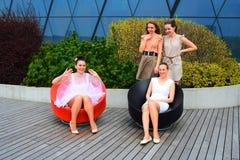 Meninas bonitas que comemoram a mola na cidade de Vilnius Fotos de Stock