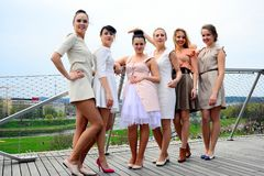 Meninas bonitas que comemoram a mola na cidade de Vilnius Foto de Stock