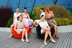 Meninas bonitas que comemoram a mola na cidade de Vilnius Foto de Stock Royalty Free