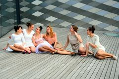 Meninas bonitas que comemoram a mola na cidade de Vilnius Imagens de Stock