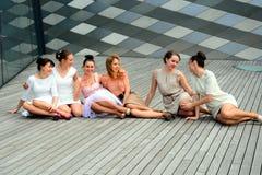 Meninas bonitas que comemoram a mola na cidade de Vilnius Fotos de Stock Royalty Free